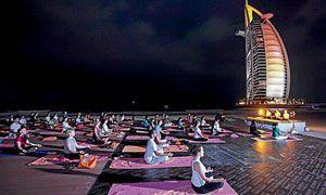 Bajo Yoga luna Una Árabe