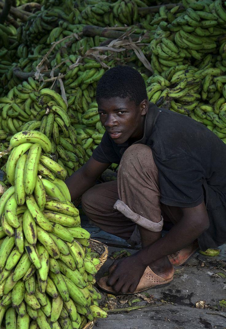 Jeune vendeur de bananes. Port au Prince, Haïti.
