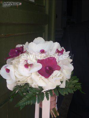 http://www.lemienozze.it/gallerie/foto-bouquet-sposa/img26907.html Bouquet sposa di orchidee bianche e fucsia