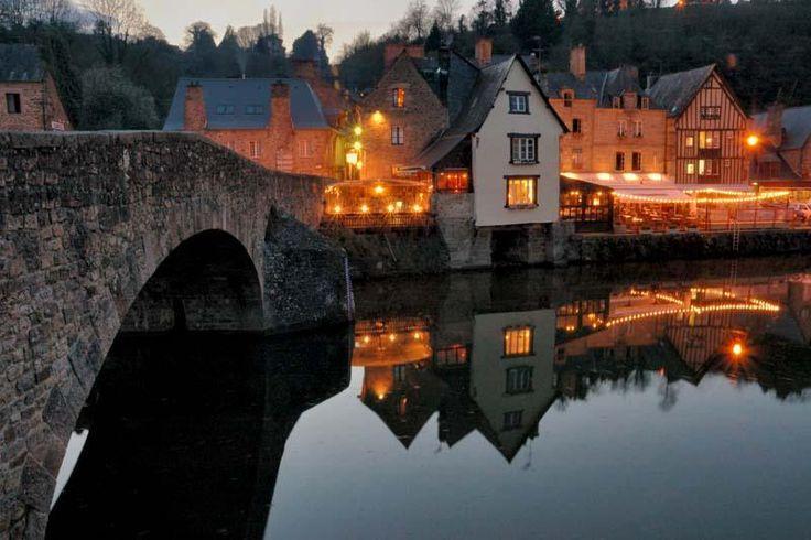 """Dinan - """"Ceinturée de près de trois kilomètres de remparts, la ville de Dinan et son château du 14e siècle dominent fièrement la Rance. En contrebas, le petit port de plaisance constitue le point de départ de belles balades le long de l'estuaire tandis que là-haut, les maisons à encorbellement complètent la visite de cette ville au cachet médiéval."""""""