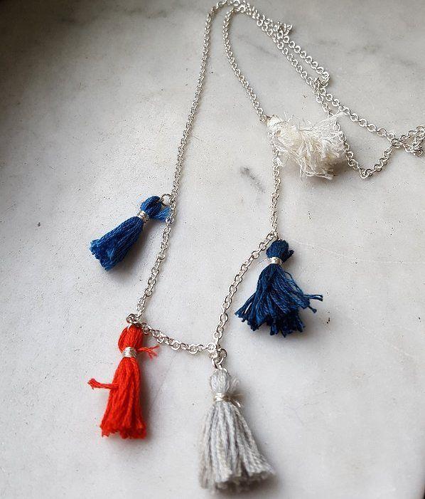 Att göra egna smycken behöver inte vara så svårt och krångligt. Här har jag gjort ett halsband med tassels(toffsar). Tasselsen gjorde jag av vanliga broderigarn(finns billiga på loppis) och silvertråd. Sedan fäste jag dem på en kedja som jag hittade på Panduro. #pyssel #diy #gördetsjälv #återbruk #missarnoldfixar #101nyaideer #kreasiwinspo #halsband #pysselblogg #smycken #panduro #pandurokreatör #ideohobby by missarnoldfixar