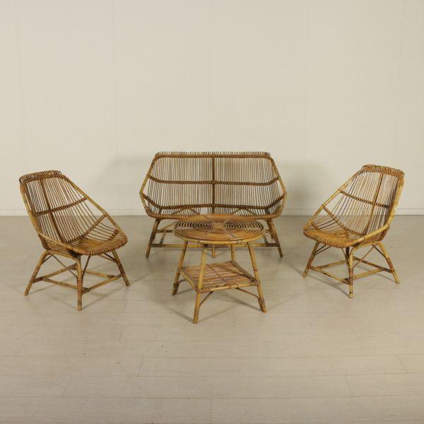 Salottino in vimini composto da una coppia di poltrone, un divano e un tavolino. Misure (in cm) poltrone: h 83, l 45, p 67, h seduta 37; divano h 81, l 128, p 70, h seduta 38; tavolino h 54, d 60.
