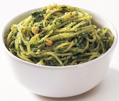Härligt god pesto som passar utmärkt på buffébordet eller som tillbehör till middagen. Grönkålspeston är väldigt lättlagad och har en mumsig smak av valnötter, cheddarost och grovhackad grönkål.