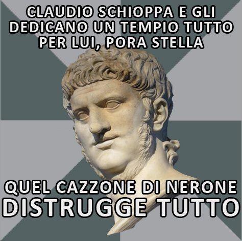 Costruito da Agrippina nel 54 d.C. alla morte del marito divinizzato, il tempio di Claudio - uno dei complessi più grandi di tutta la regione - venne distrutto in gran parte da Nerone allo scopo di sfruttare la splendida posizione del luogo per adattarvi un'ala della sua domus Aurea. Una sfiga IMMORTALE #Claudio #Nerone