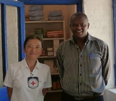 小川看護師(左)、同僚のケニア人医師と。(c)日本赤十字社 ▼9Dec2011AFP|赤十字の看護師による南スーダン報告会(12月13日) ~読み書きのできない看護師に伝える~ http://www.afpbb.com/articles/-/2844788 #southsudan #soudandusud #South_Sudan #Sudan_del_Sur #Soudan_du_Sud #Suedsudan