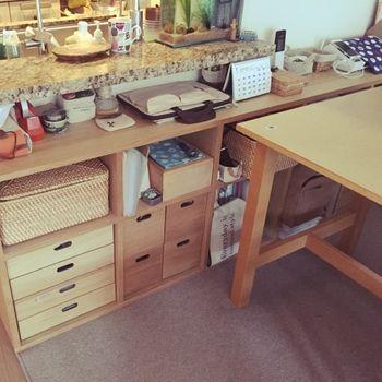 キッチンカウンター下の限られたスペースでも、このスタッキングシェルフは活躍してくれます。無駄な空間を利用し、収納スペースを作り出す。まさに優秀アイテムですね。
