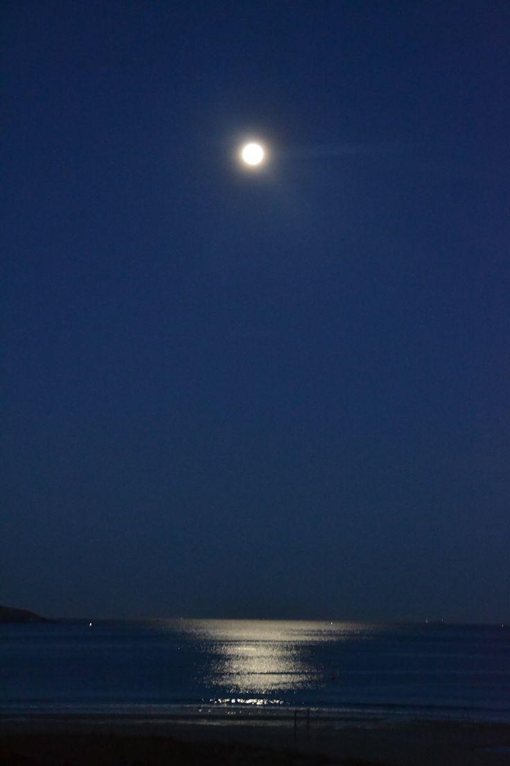"""""""Puesta de Luna"""" Playa América. Nigran. Pontevedra. Spain. Septiembre 2013. Amanece y la luna desaparece por el mar, un espéctáculo único. Sunrise and the moon disappears over the sea, a wonderful moment."""