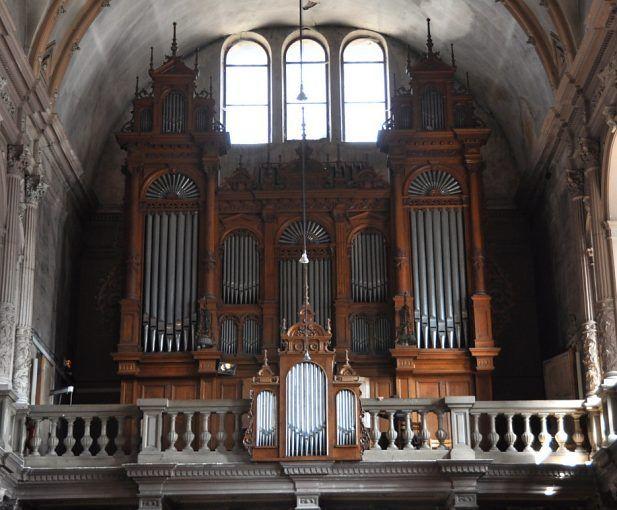 Eglise st Mainboeuf à monbelliard L'orgue de tribune, dû au facteur Henri Didier à Épinal, a été inauguré en 1900 et enrichi en 1972/73 d'un positif dorsal, faisant passer le nombre de ses jeux de 21 à 32. L'organiste peut ainsi y jouer de la musique pour orgue de toutes les époques. Le buffet, de style Renaissance, a été dessiné par Théophile Klem, maître sculpteur à Colmar, et exécuté par M. Simonet à Neufchâteau.