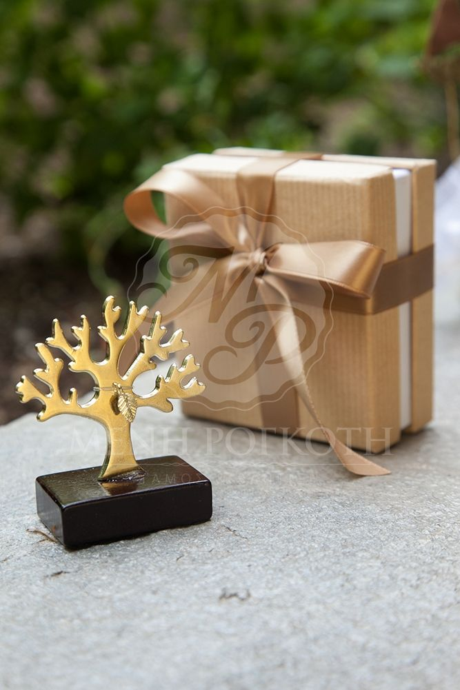 """Luxury metal """"Life Tree"""" in craft box tied with fine satin ribbon. The box includes 5 sugared almonds. Available in silver and gold #weddingfavors #lifetree #chicweddingfavors #bombonieresgamou #mpomponieres #gamos"""