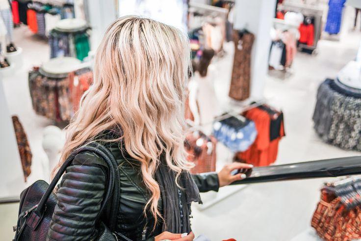 Aquí puedes descargar gratis esta imagen de una chica rubia subiendo por las escaleras mecánicas en una tienda de ropa. Tenemos cientos de imágenes grat.. > http://imagenesgratis.eu/imagen-de-una-chica-de-compras/