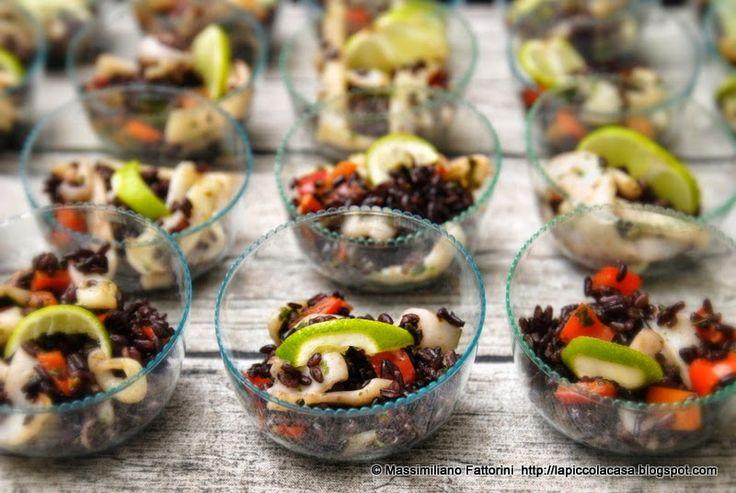 Riso nero venere con peperoni arrostiti, lime e juienne di calamari saltati