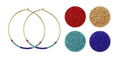 Til disse øreringe er der brugt følgende materialer:  1 par hoops 40mm i forgyldt sterlingsølv delica æble rød DB0791V delica turkis blå DB0375V delica mørkblå DB0756V delica mat guld DB0331V