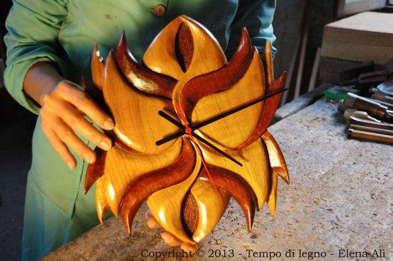 Schegge: Orologio in Ciliegio Massello, Soggetto Originale, Realizzazione artigianale in legno scolpito interamente a mano.