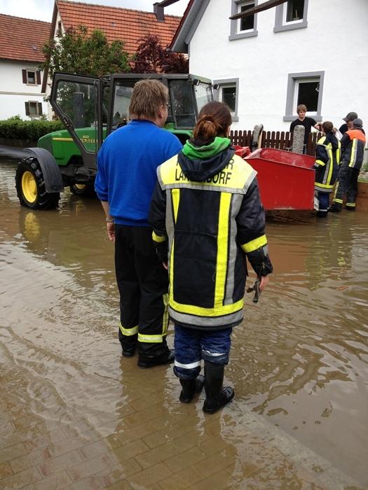 Die Mitglieder der Freiwilligen Feuerwehr Lanzendorf im Einsatz am Freitagvormittag.