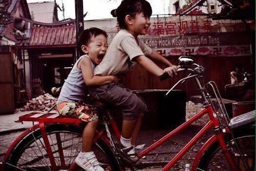 ちなみにこのペナン島ジョージタウンの有名な絵のモデル写真がこちら。自転車の前に乗ってるお姉ちゃんは、足がつかないので、実際に乗ってる訳ではなく、弟が後ろで怖がってるって感じだな。