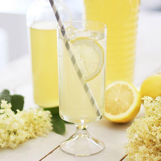 Fläderblomssaft - Ingredienser 40 blomklasar 3 citroner 2 liter kokande vatten 1 1/2 kg Dansukker Strösocker 50 g citronsyra