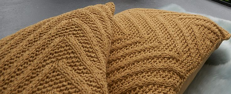 Met het gebreide kussen Knitsley haal je direct een gezellige sfeer in huis. Het gele kussen heeft een afmeting van 45 x 45 cm en is ook verkrijgbaar in het grijs en antraciet. Kwantum heeft bovendien een uitgebreide collectie woontextiel, met daarin woon- en sierkussens, plaids en tafelkleden en placemats in allerlei soorten en maten. Zo haal je mooie en lekker zachte stoffen in huis, gegarandeerd voor de laagste prijs.