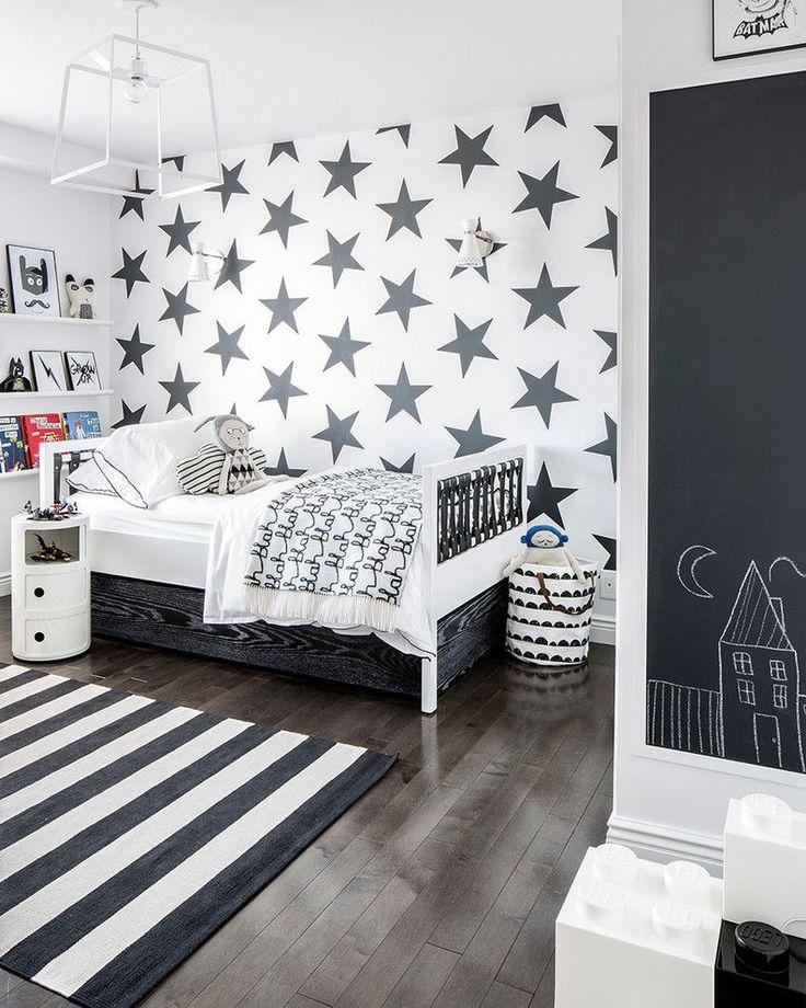 Обои в детскую комнату мальчика: рекомендации по выбору и 70+ ярких идей для вашего ребенка http://happymodern.ru/oboi-v-detskuyu-komnatu-dlya-malchikov-foto/ Графическая черно-белая комната для мальчика дошкольного возраста. Черные звезды на белом фоне одной из стен комнаты в сочетании с меловой доской на другой стене – оригинальное и функциональное оформление стен детской