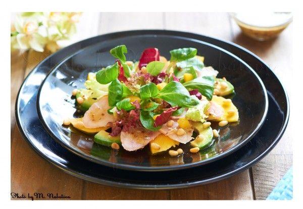 Салат из манго с авокадо и копченой курицей