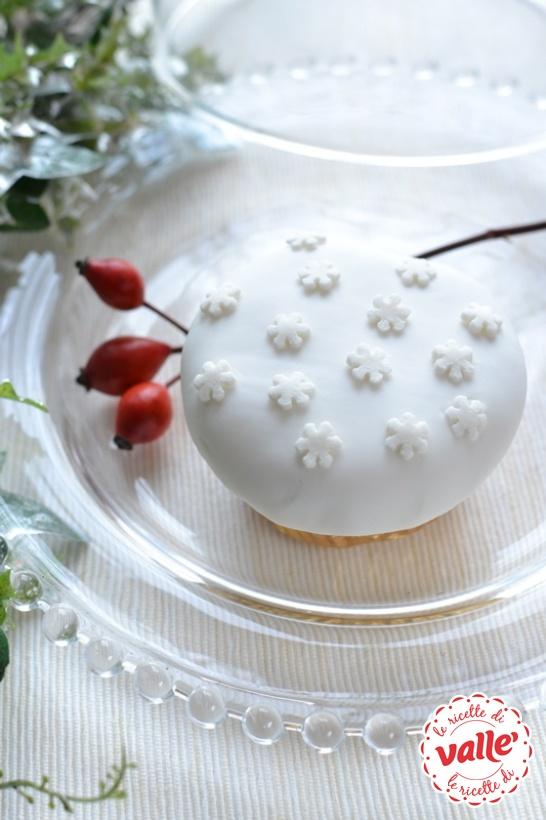 Cupcake natalizio soffice e profumato, ricoperto da una nevicata di pasta di zucchero…  sarà un successo!