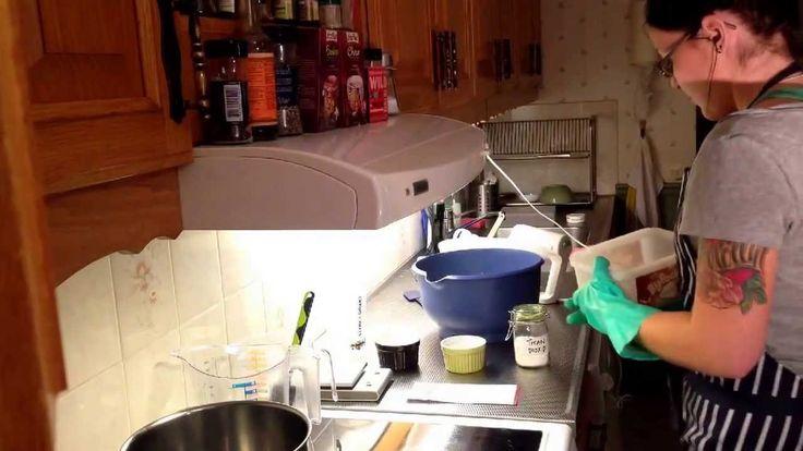 Gör din egna härliga tvål med enkelt recept. Majéla från Mollerton Soap visar hur du gör! Recept: Vatten 450g Natriumhydroxid/ren kaustiksoda 202g Rapsolja 7...