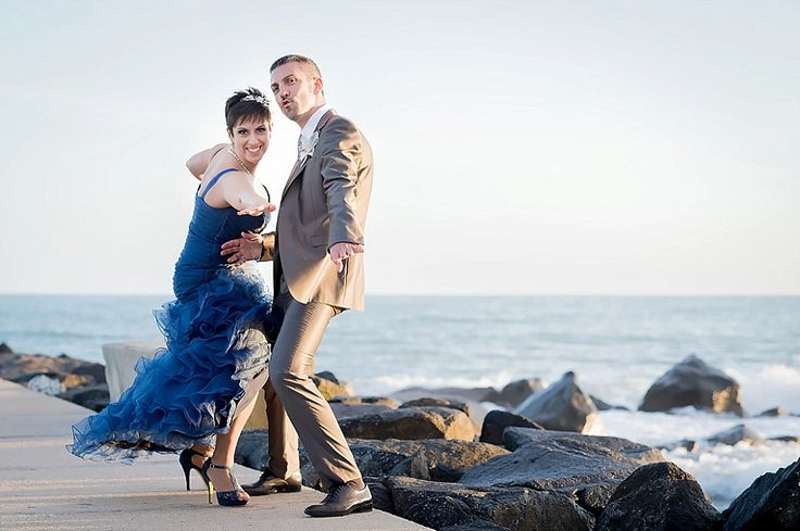 Una sposa in abito blu sul pontile di Ostia | A bride in blue, seaside, unconventional wedding portrait