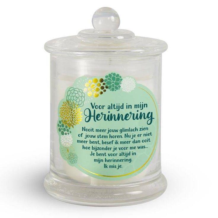 Een geurkaars in een mooie grote glazen pot met troostende tekst bij overlijden.De kaars verspreidt een zachte, rustgevende lichtzoete geur.