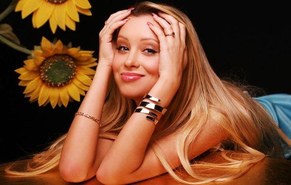 Фото обои взгляд, Арина, кольца, красивая, девушка, губы, Ирина Темичева, руки, стол, фон, блондинка, симпатичная, актриса, улыбка, ...