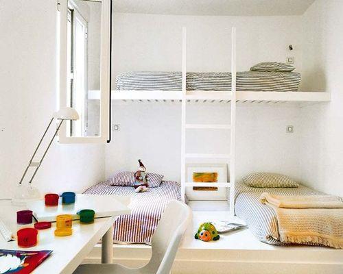 Habitación simple, sin estructuras para las cama, bien planificada.