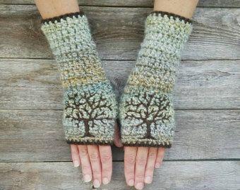 3These caliente fingerless guantes están hechos con lana en un color crema vainillado. Los bordados de ramas están adornadas con flores de cerezo rosa brillantes. Las ramas en la parte superior del brazo y van por a la mano. Miden aproximadamente 9,5 en alrededor de la parte superior del antebrazo y 9 pulgadas de largo.  También puedo hacerlos en muchos colores personalizados. ¡ Éntreme en contacto con si usted está buscando algunos combinar chaquetas o colores de la escuela!  Medida para…