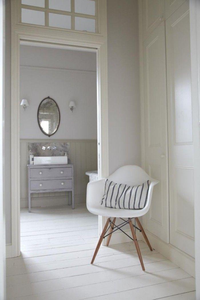 Witte houten vloer overloop met grijze muur