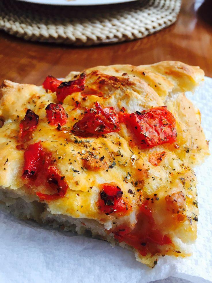 La focaccia al pomodoro tagliata a fettine è un' idea golosa da servire ad un aperitivo o su di un buffet accompagnata da formaggi e salumi.
