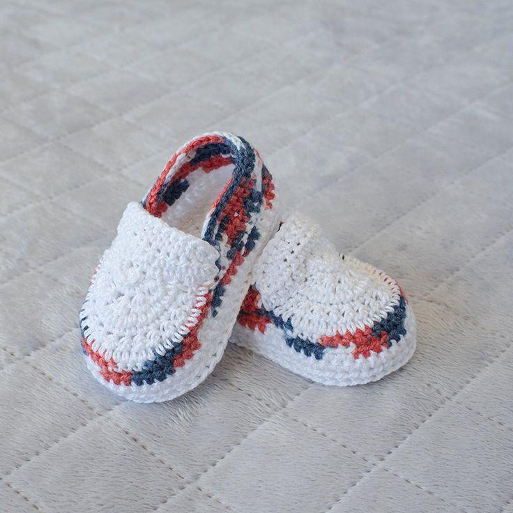 Bambino ragazzo scarpe, Crochet bambino scarpe, Crochet Sneakers, del 4 luglio Booties, quarto di luglio Boy, Boy Booties, foto Prop, scarpe neonato.  Queste scarpe uncinetto rosso, bianco e blu sono le scarpe perfette per il tuo piccolo americano festeggiare il quarto di luglio in. Super carina, alla moda e comodo da indossare. Bella combinazione di colori. Fatto di cotone e alcuni filati di acrilico. Farebbero un regalo meraviglioso per un bambino doccia che è sicuro di diventare un…