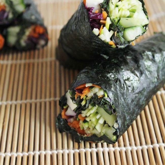 """Si prosegue con il menù crudista di giugno, a base di cetrioli, con questo secondo piatto di ispirazione """"giapponese"""": un sushi di cetriolo e altre cruditè, da intingere in una sfiziosa salsa speziata (dosi per 4 persone). E' un piatto coloratissimo a base di verdura cruda, e a basso contenuto calorico, per cui puoi anche …"""