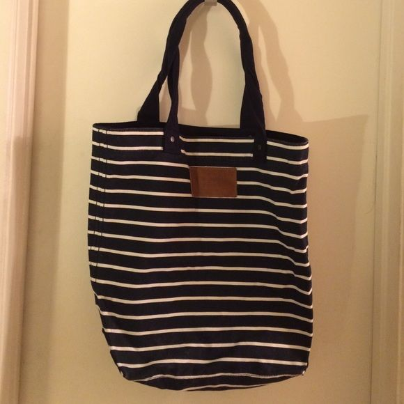 Stripe Abercrombie and Fitch Tote large tote bag, great for school and to carry your laptop, has some ware on the back (pictured) Abercrombie & Fitch Bags Totes
