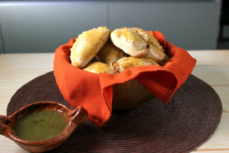 Deliciosos pastes caseros que sencillamente te van a encantar. Es una receta tradicional del estado de Hidalgo en México. Al seguir esta receta te vas a dar cuenta lo fácil que son hacerlos, siendo una preparación ideal para cocinar con la familia, ya que puedes pasar un rato muy divertido. El Caldo de Pollo McCormick® le aporta un sabor delicioso a los pastes.