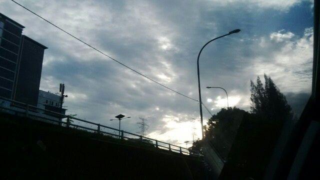 Matahari pagi dibalik awan kelabu.., langit pagi di atas Cawang.. #Kamis24Maret2016