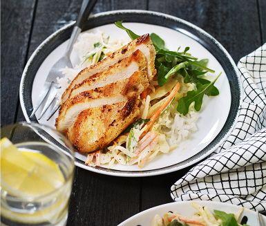 I detta recept får du njuta av en ugnstillagad kyckling med hemmagjord coleslaw. Den görs av crème fraiche, smakrik chilisås, senap, ruccola och råkostsallad. Detta blandas ihop till en krämig slaw. Ett ypperligt tillbehör till kycklingen, där också ris och resten av ruccolan adderas.