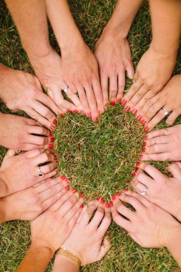 hochzeitswünsche freundeshände mit roten nägeln