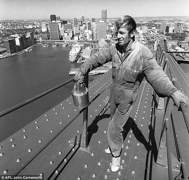 Paul Hogan at work on the Sydney Harbour Bridge as a painter in the early 1970's. Sydney, Australia. Image from the Daily Mail. v@e.