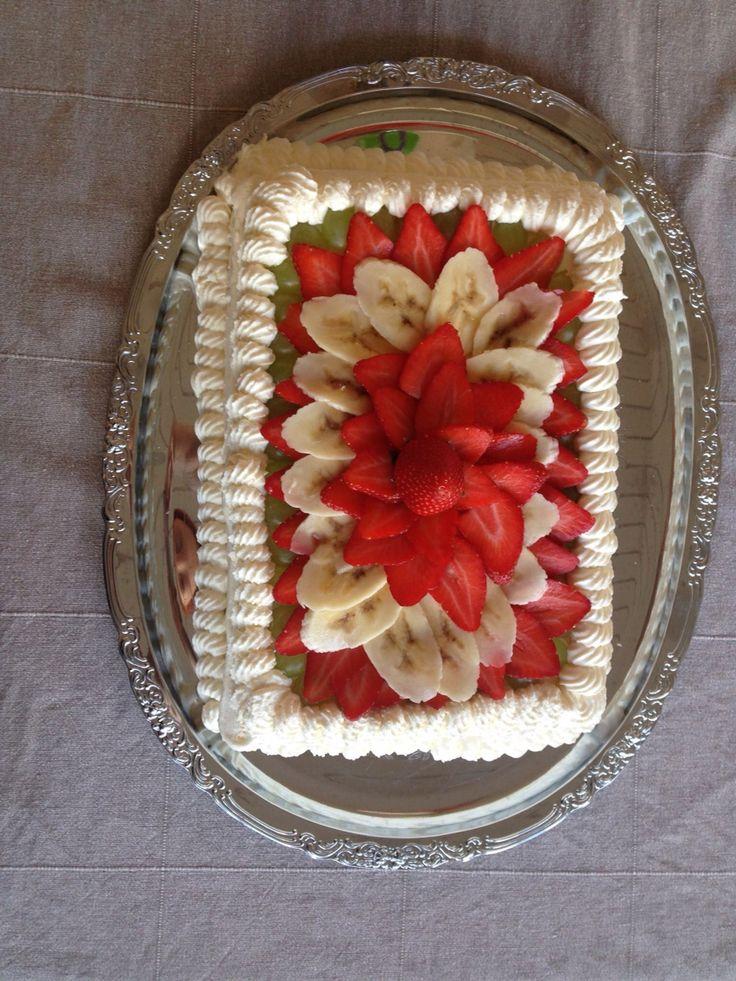 Gräddtårta, dekorerad med frukt och gräddkant