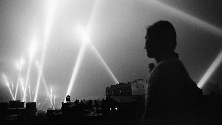 Rayos de luz de proyectores iluminan el cielo de Moscú