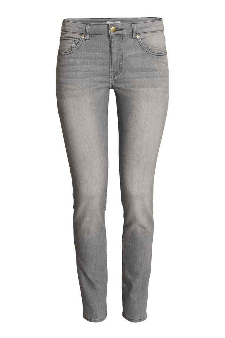Bardzo elastyczne spodnie: Spodnie z 5 kieszeniami z bardzo elastycznego, spranego denimu. Wąskie nogawki i normalna talia.