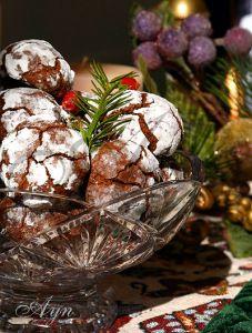 Это печенье имеет очень праздничный вид, а по вкусу оно напоминает мне мягкие шоколадные пряники. Перед формированием печенья тесто нужно хорошо охладить. на 40 штук 200 гр шоколада*, порезать 90 г…