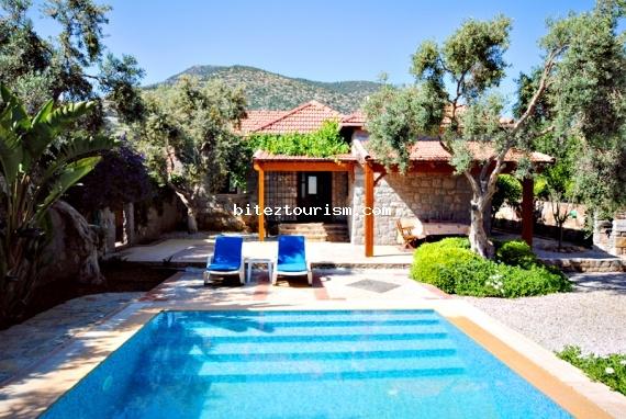 Bodrum Bitez'de bulunan bu güzel taş villa, etrafı duvarla çevrili, zeytin ağaçlarıyla bezeli bir bahçeye ve havuz alanına sahiptir. 2 Yatak odası bulunan villada rahatınız için tüm detaylar düşünülmüştür.