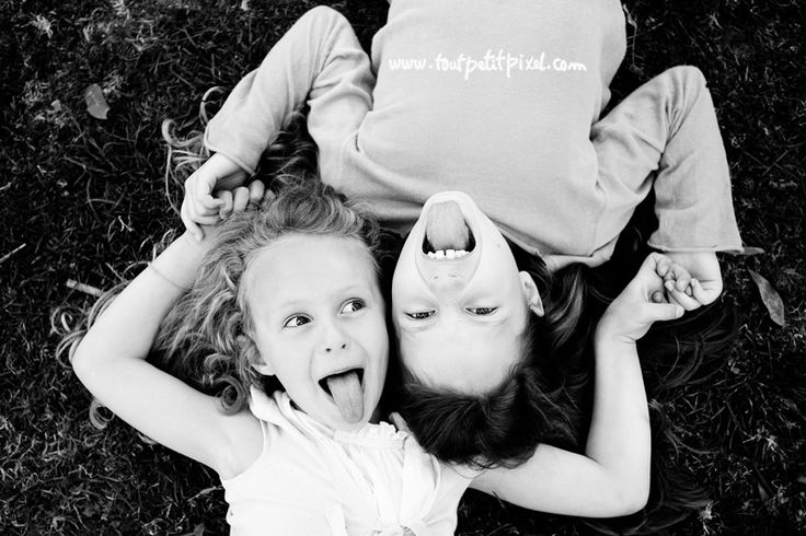 Good idea to make them be silly, then snap the genuine laugh that you know will follow!! siblings pose (www.toutpetitpixel.com)