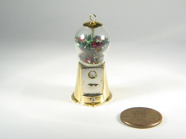 A lovely vintage Scottish, solid 9 carat gold bubble gum machine charm. Beautifully made; with a glazed dome containing tiny coloured, faceted crystals as bubble gum / jelly beans. An unusual and fabulously collectable charm - very wearable too!  DATE/MARKS: Scottish hallmark for Edinburgh 1988. Maker's marks 'JN&S'. Base also marked 'Jelly Belly'.