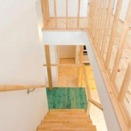 『志和堀の家』スキップフロアのある家の部屋 明るい階段ホール
