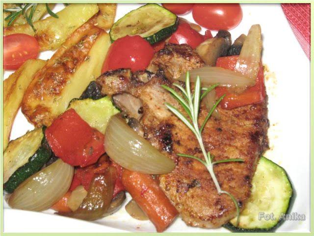 Kotlet schabowy z kością z duszonymi warzywami albo schabowy po włosku       Tak przyrządzony kotlet schabowy jest smaczną odmianą od tra...