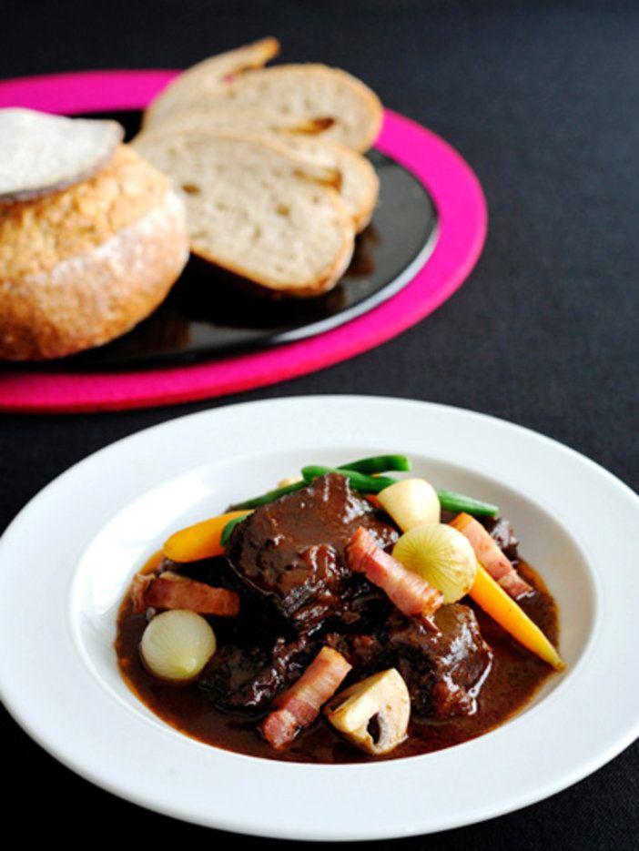 ワインの産地、ブルゴーニュらしい、牛肉を赤ワインで煮込んだ「ブフ・ブルギニョン」。|『ELLE a table』はおしゃれで簡単なレシピが満載!